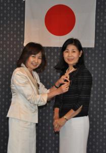 1000前会長ピン贈呈、新旧役員交代式。年次会合2013-6-19 (10)